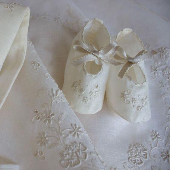 VESTIDO DE BAPTIZADO COM TOUCA E SAPATINHO-EM LINHO CAMBRAIA BEGE OU BRANCO  #bordal #handmade #madeiraembroidery #christeninggown WWW.BORDAL.PT