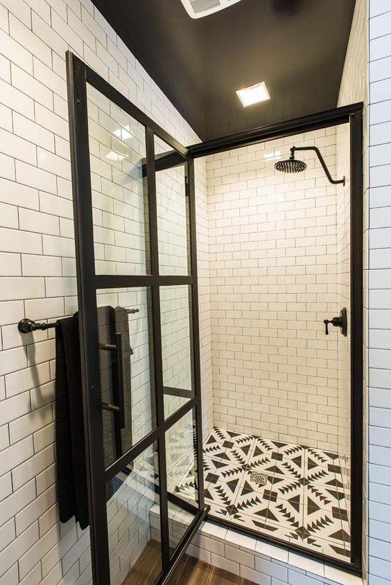badkamer met zwart-wit tegels en aluminium douchewand