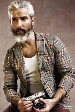 Tudo o que você precisa para ter o guarda-roupas de um autentico cavalheiro contemporâneo está neste ensaio da Stealer Mag: http://zip.net/bnprC3