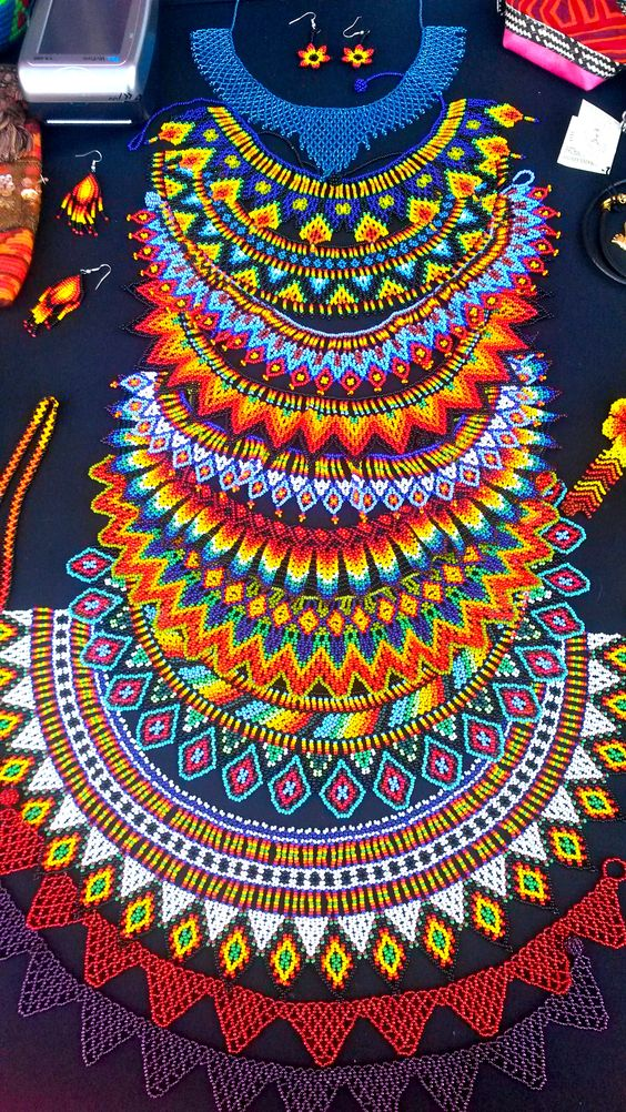 collar de piedras chaquiras realizado por la tribu Embera de Colombia @ipuanabarcelona