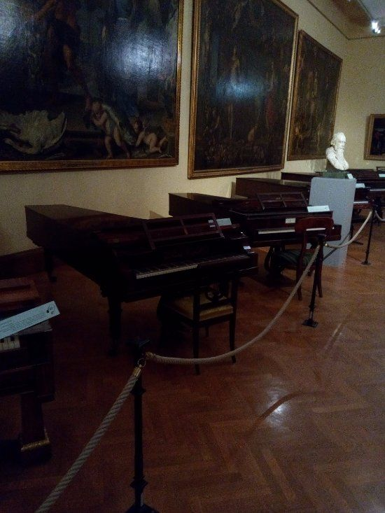 Sammlung alter Musikinstrumente (Collection of Early Musical Instruments) (Vienna) - Schumann's Graz piano and JB Streicher piano on either side of Brahms's bust