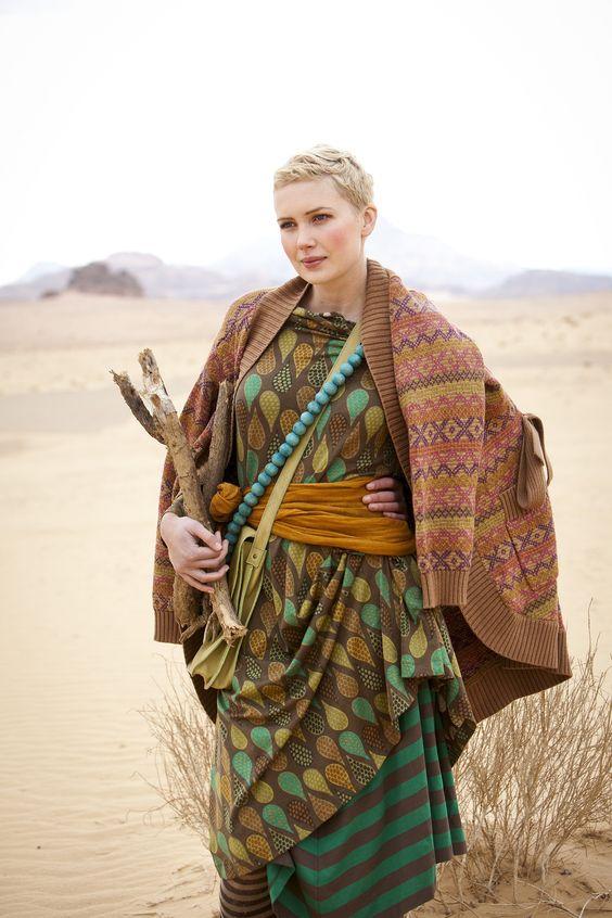 Herbstmode 2012 - Borkefarbenes Trikotkleid:  Das Model trägt ein borkefarbenes…