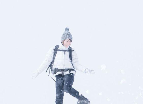 雪の中ではしゃぐ宇多田ヒカル