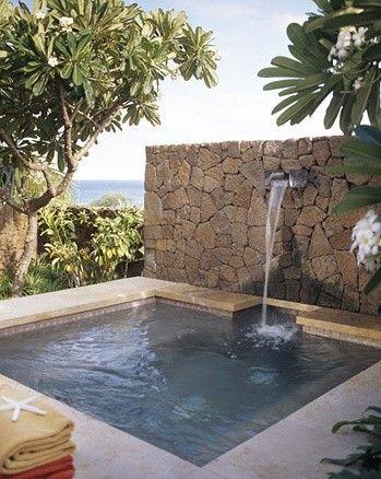piscina pequea con chorro de agua en pared de piedra