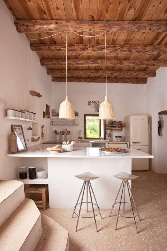 Una #cocina muy especial en la que combinan muebles blancos con techo de #madera.