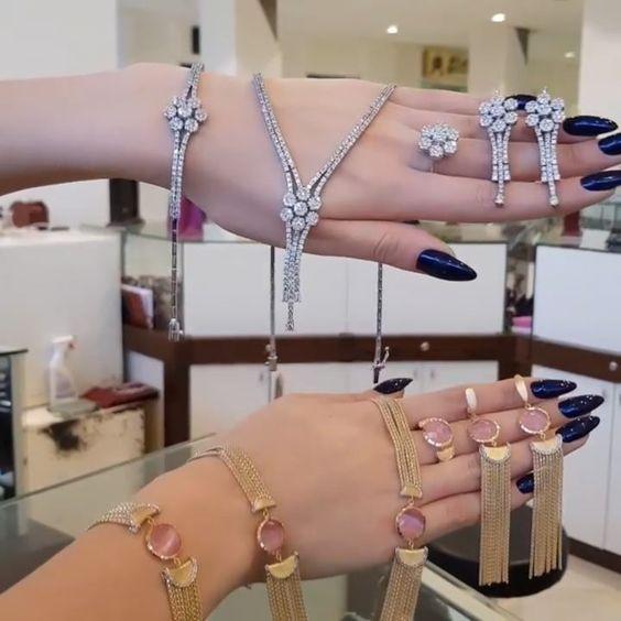 103 Likes 4 Comments Moskva Univermagi 2 Ci Mertebe Sansi Jewellery On Instagram Xanimlar Brilliant Dəstlərimiz Qizil Jewelry Diamond Bracelet Diamond