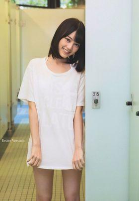 Tシャツ姿の生田絵梨花