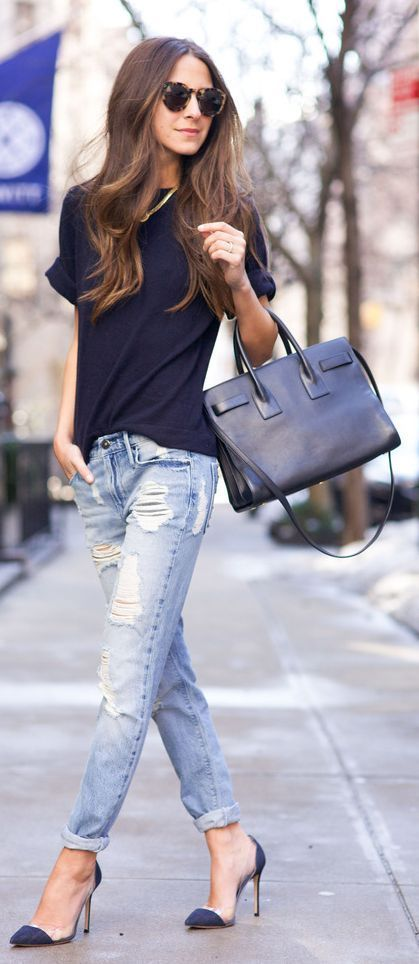 O jeans destroyed atualiza o look camiseta + jeans e o salto dá a elegância - Jeans, pumps, and blue top, great bag. Street Style: