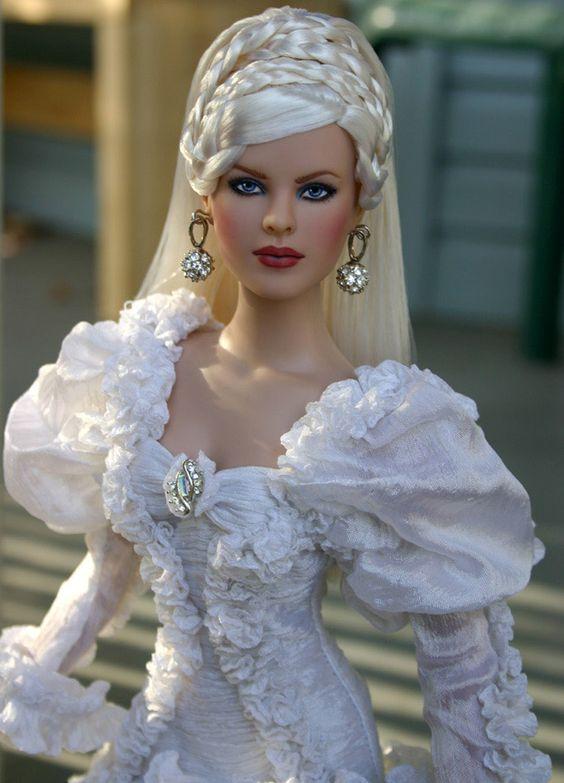Tatiana - A roupa é brega, os cabelos idem (na cor e no style), mas... Que rosto incrível é este?!
