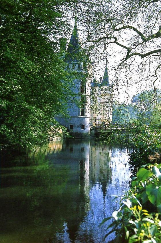 Je ne sais QUOIS ♔ Chateau d'Azay-le-Rideau - Loire Valley - France ecureuiltouraine.blogspot.com