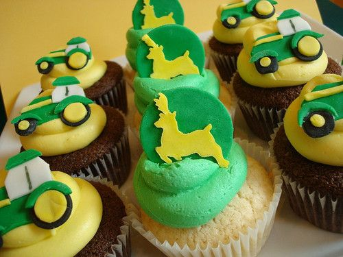 John Deere Cupcakes. I wanna make these for my little cousins. so cute!