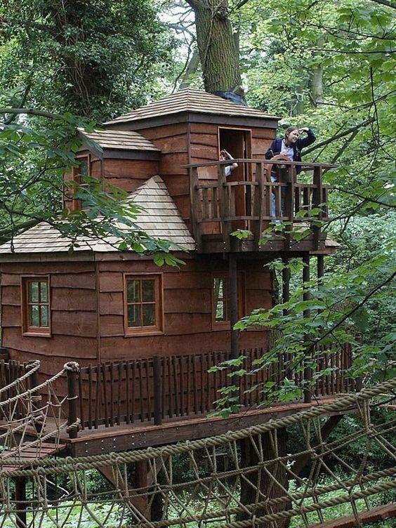 Das zweite Baumhaus mit Bett und Fernseher