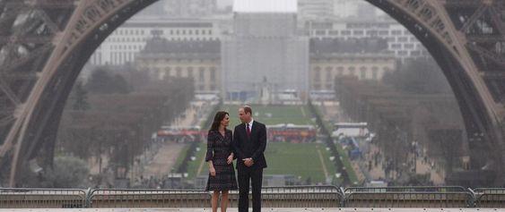 Kate Middleton et le prince William ont posé leurs valises à la résidence de l'ambassadeur britannique à Paris. A Paris, rencontre avec François Hollande et photo devant la Tour Eiffel.