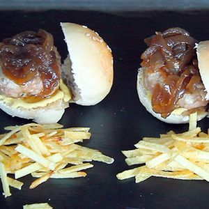 Videoreceta de Mini hamburguesas caseras. Las mini hamburguesas están de moda y pueden convertirse en nuestras aliadas perfectas si tenemos invitados en casa.