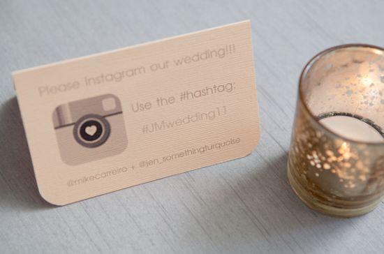 Placa de mesa com hashtag de Instagram do casamento. Foto: Something Turquoise.