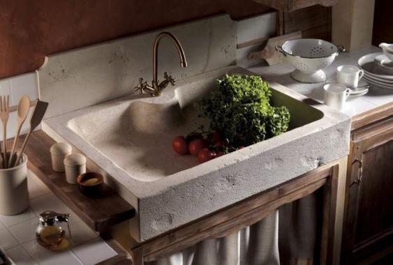 Cucina in muratura e finta muratura artigianale con lavello in marmo di carrara