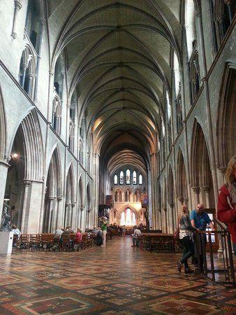 ダブリン市内にある聖パトリック大聖堂もおすすめ!荘厳で美しくステンドグラスが神々しさを感じる教会です。アイルランド 旅行・観光におすすめのスポット。