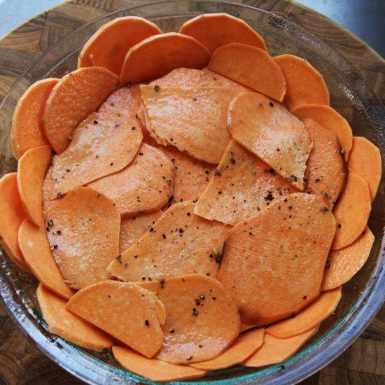 Dans cette recette de quiche en croûte de patates douces, la combinaison d'oeufs et lait fouetté se faufile entre les tranches de patates pour aider le tout à tenir. Le fond est tendre tout en ayant un rebord de croûte croustillant.