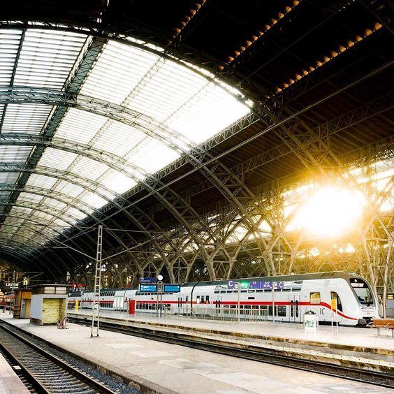 Wir wünschen euch ein schönes Wochenende mit diesem Bild vom Leipziger Hauptbahnhof #Leipzig #leipzigram #leipzigcity #ig_leipzig #bahnhof #train #trainstation #leipzigtravel #leipziger #leipzigliebe #sonne #sonya7ii #fotokombinat #picoftheday #follow #like #thisissaxony #thisisleipzig #sogehtsaechsisch #hauptbahnhofleipzig