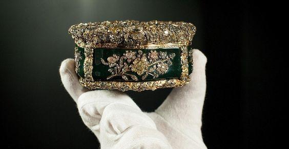 """Les joyaux de la couronne """" Reine Elisabeth II d'Angleterre """". Une tabatière appartenant à Frédéric le Grand de Prusse, acheté par la reine Mary en 1932."""