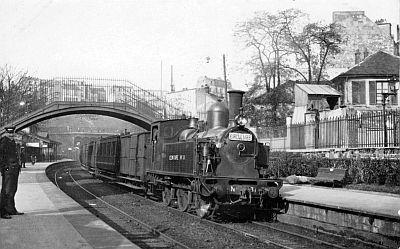 La Petite Ceinture ferroviaire de Paris et ses gares. Train circulaire au départ de la gare de Ménilmontant
