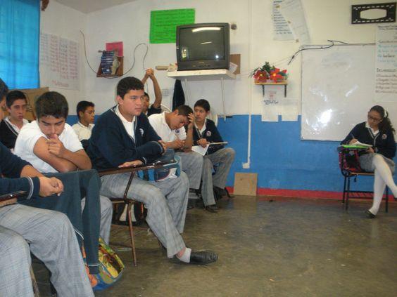 Quinto día de práctica: Alumnos se reúnen por posturas para el debate, (postura en contra y secretaria).