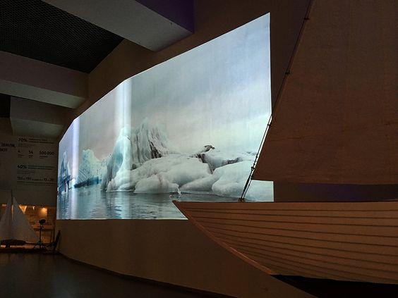 Большой экран в зоне релаксации с видеорядом на морскую тему. Фото: Evgenia Shveda