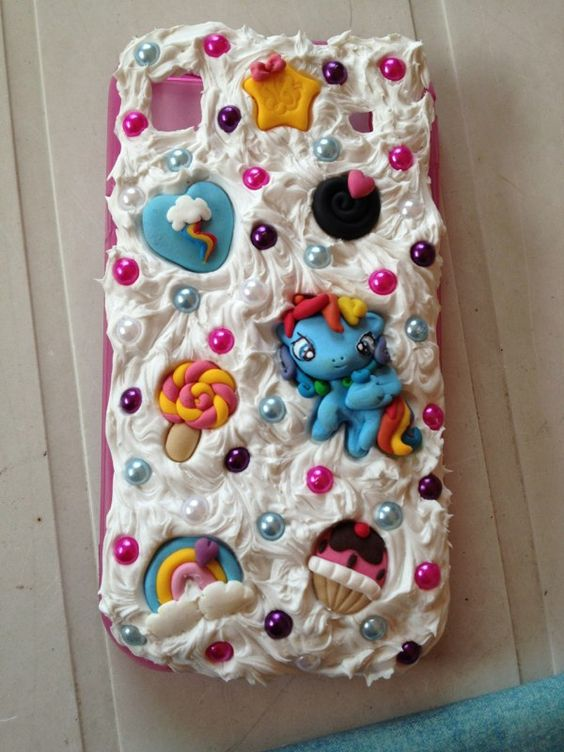 Cover per cellulare decorata con soggetti in fimo (personalizzabili) e silicone. ------ Cover for cell phone decorated with subjects in fimo (customizable) and silicone.