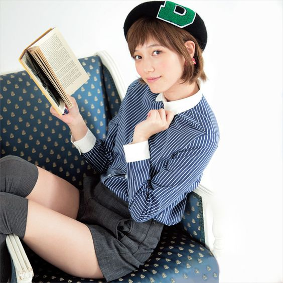 本を読んでいる本田翼