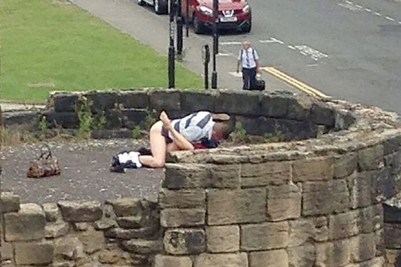 Sex on top of fortification in New Castle - Public Flashing