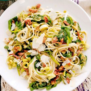 Recept - Pasta pesto met spekjes en spinazie - Allerhande