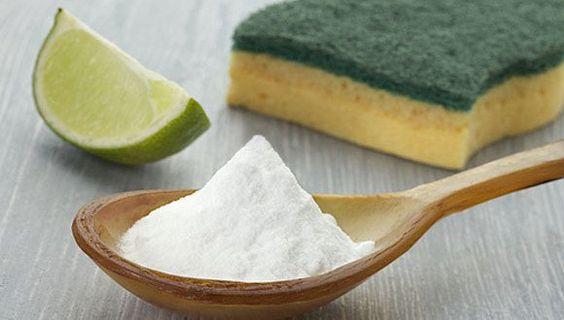 O bicarbonato de sódio (NaHCO3) é um forte aliado na limpeza doméstica.    Por ser alcalino e atóxic...