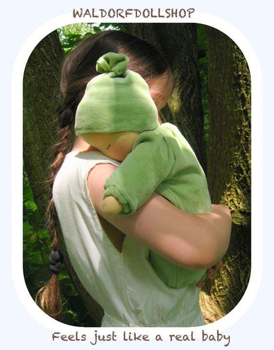 Diese schöne Baby-Puppe wiegt 2½ Pfund (1,4 Kg), ca. 14. (37cm) groß. Eine ganz große Babypuppe für Kinder.  Die Kombination aus seiner warmen Wolle Füllung und das Gewicht seines Körpers gibt schwere Baby ein lebensechtes Gefühl, die Pflege fördert.  Das schwere Baby ist gefüllt mit Bio, Lavendel-duftenden Hirse und Gewicht wie ein echtes Baby haben soll. Diese Puppe Körper ist Sack-Like, ohne Beine. Eine Puppe Bunting-Stil.  Die äußeren Bunting und Hut sind zum Waschen abnehmbar. Sie sind…