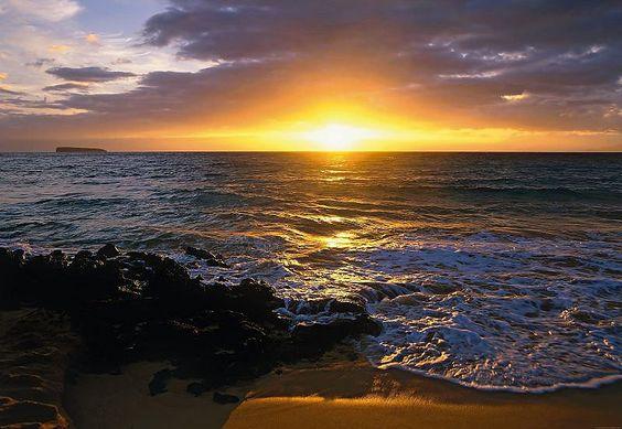 Macht jede Wand zu einem Highlight!  Mit dieser schönen Fototapete »Makena Beach« - einer der schönsten Sandstrände auf Maui, Hawaii - der Marke Komar können Sie jedem Raum ganz einfach ein neues Flair verleihen.  Der Untergrund muss fett-, staubfrei und sauber sein, dann ist die Anbringung sehr einfach, denn Kleister und Gebrauchsanweisung sind im Lieferumfang enthalten.  Die Fototapete besteh...