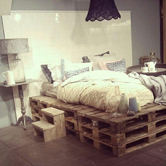 kleines schlafzimmer mit einem bett aus paletten und einem ...