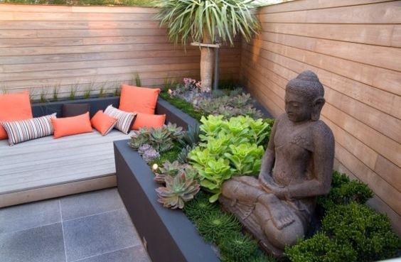 kleiner urbaner garten gestaltung-Sitzbank buddha-figuren sichtschutz-holz-Wand