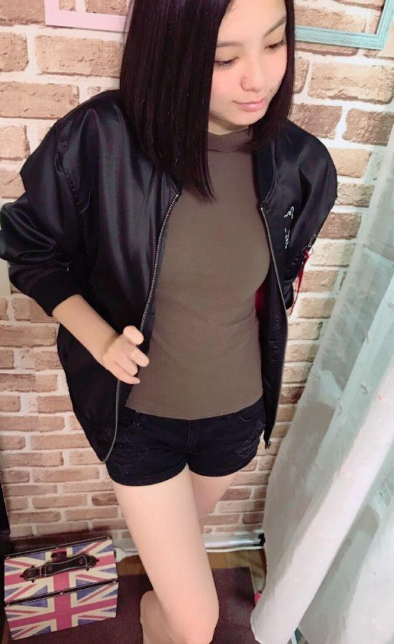 黒いジャンパーを着ている渡邊璃生の画像