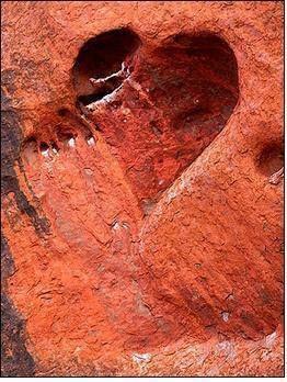 magnifique coeur creusé dans la roche