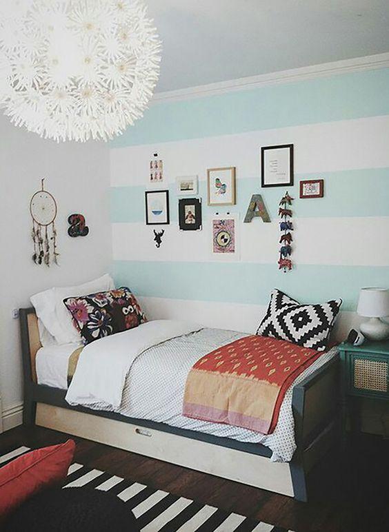 decor quarto listras azul com quadros na parede: