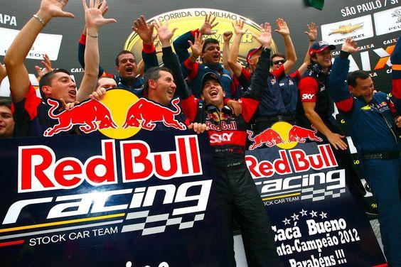 O que você faria com sua coleção de troféus da Stock Car? Andreas Mattheis ousou. Em prol da equipe.
