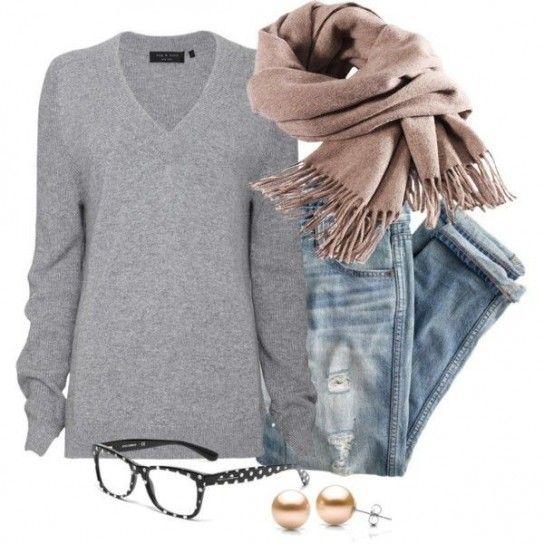 Look hipster chic in toni tenui - Il nostro look del giorno è dedicato alle amanti degli outfit casual dal mood hipster chic. Per realizzarlo abbinate un paio di jeans con la piega, vera e propria mania fashion quest'anno, a una felpa o a un maglione con scollo a V. Completate il look con un foulard in toni tenui, occhiali extra large, perle rosa e aggiungete uno spolverino minimal chic per essere perfette.