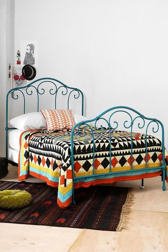 Urban outfitters camas de hierro pintadas and dormitorios for Cuartos para universitarios