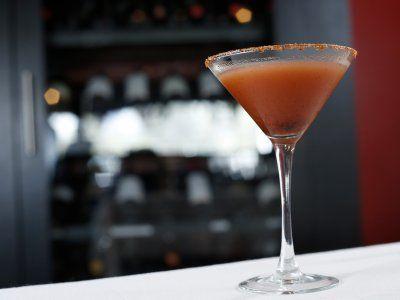 Receta de Martini de Tamarindo | Estos martinis de tamarindo con vodka y limón quedan deliciosos. Tambien es una forma rápida para preparar 8 martinis de una vez, ya que se prepara en un jarra.
