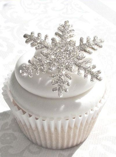 ~ snowflake Christmas cupcake ~ this would be cute with white chocolate snowflakes