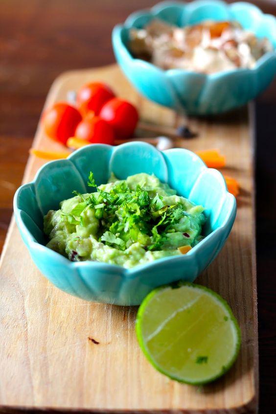 """""""Maionese"""" de Abacate com Chips de Batata Doce Desidratada e Legumes - http://gostinhos.com/maionese-de-abacate-com-chips-de-batata-doce-desidratada-e-legumes/"""