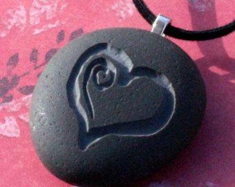 Diese Sonne Halskette ist ein natürlicher Schmuck für ihn oder für sie die Steinanhänger mit einem Bild der Sonne eingraviert ist. Der Stein misst ca. 1 1/4. ----------------------------------------------------------------------------------------  Zwei Seiten Gravur erhältlich. Sie können ein besonderes Datum, ein Wort oder einen Namen auf der Rückseite dieser Anhänger für nur $8 zusätzliche hinzufügen. Bitte Convo uns um ein besonderes Angebot für Sie haben…