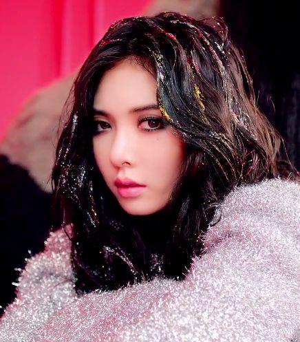 Eeeeee!!! Hyuna's 'RED' glitter hair!!!!!