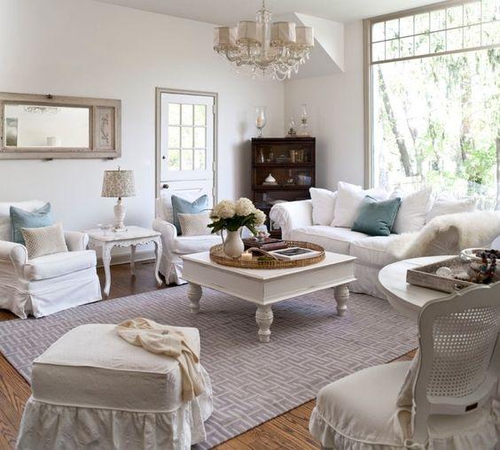 shabby-style wohnzimmer in pastelligen farben, teppiche sind ein