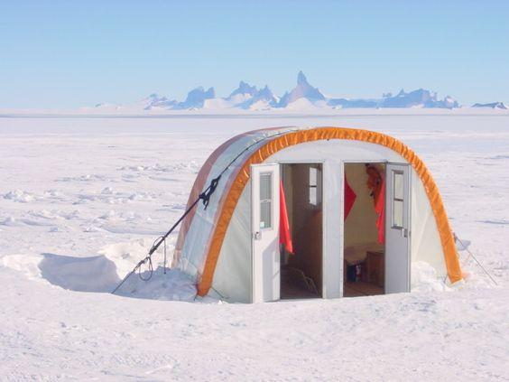 Un petit réduit pour la toilette et un igloo où est stockée la nourriture, deux tentes dôme, une pour la cuisine et l'autre pour le matériel de communication que l'on peut appeler bureau. Plus les tentes personnelles évidemment. Cela fait tout un petit microcosme. A la fin de la saison, la grande et les petites tentes sont démontées pour être rangées dans des grandes caisses sous la neige. Une fois l'hiver passé, un avion ramènera l'équipe afin de reconstruire la station.