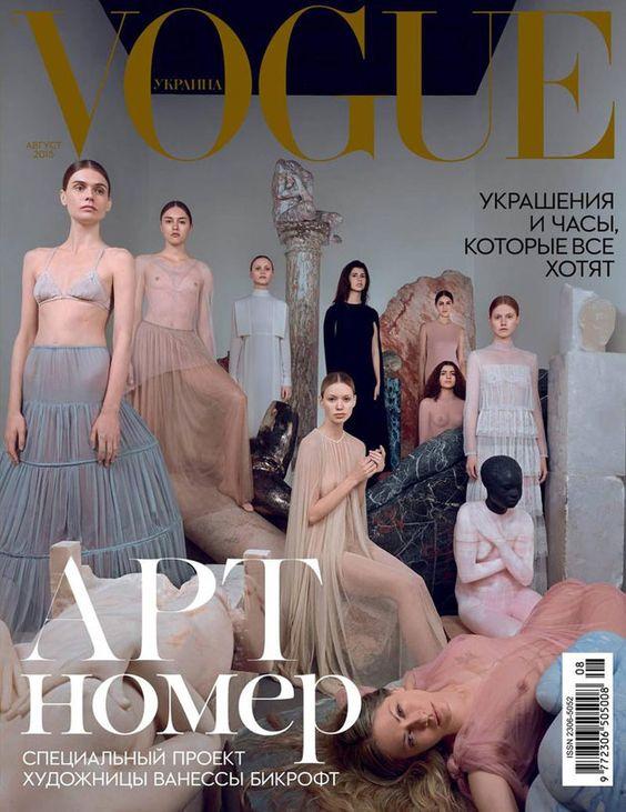 Modelos seminuas, vestidos Valentino de alta-costura e arte - vem ver mais aqui!